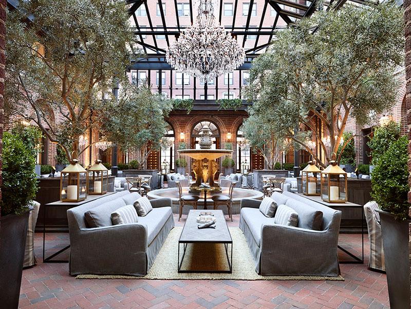 Champagne och möbler i RH:s nya koncept