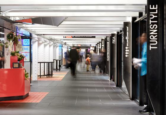 Inbjudande shopping i New Yorks tunnelbana