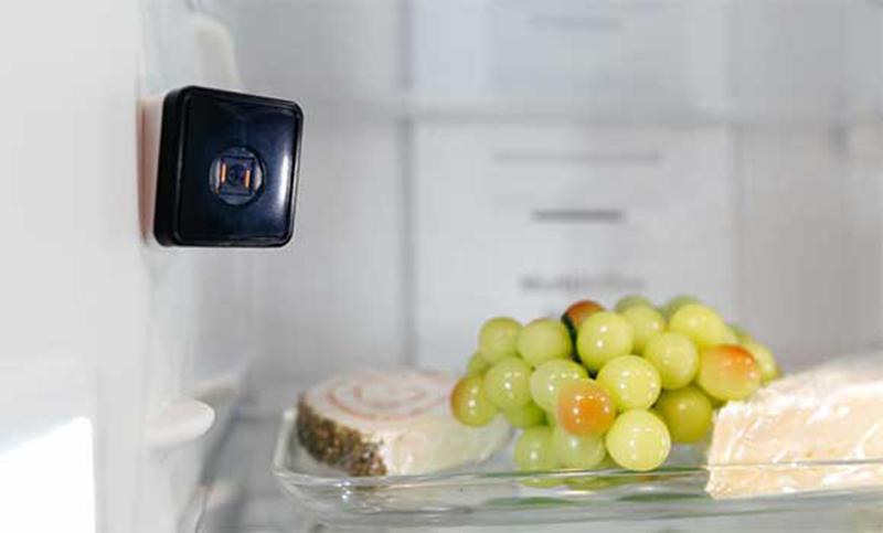Kedja hjälper kunden ta kylskåps-selfie