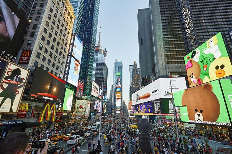 Asiatiska emojifigurer intar Times Square
