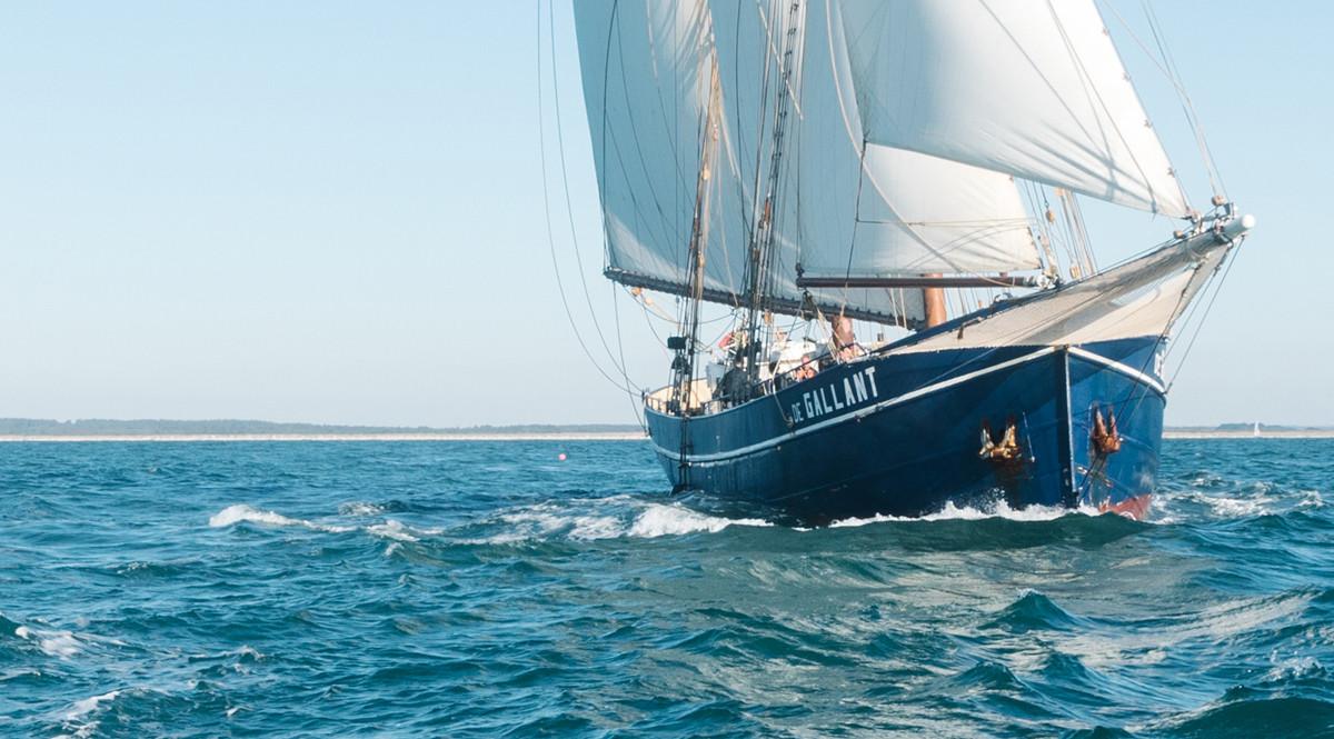 Lush transporterar varor med segelfartyg