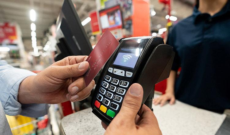 Sex av tio kortbetalningar kontaktlösa